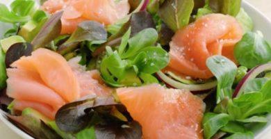 ensalada de salmón ahumado con aguacate y canonigos